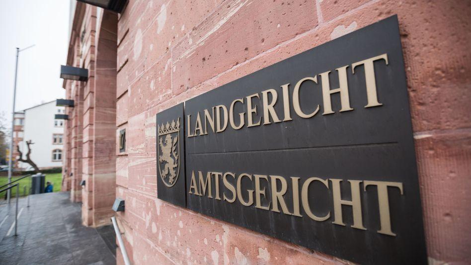Schild mit dem Landeswappen am Gebäude des Land- und Amtsgericht Hanau (Archivbild)