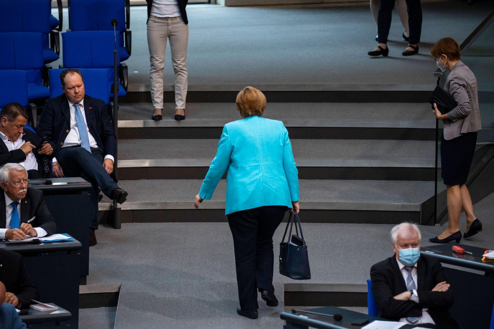 Bundeskanzlerin Angela Merkel verlaesst den Bundestag nach der vorerst letzten Regierungserklaerung der Legislaturperio