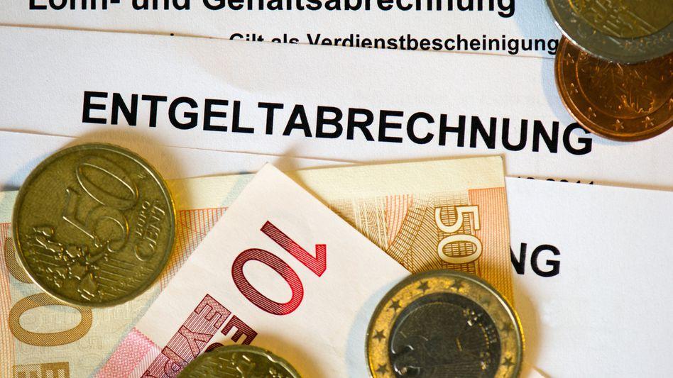 Gehaltsabrechnung: 70 Prozent der verfügbaren Haushaltseinkommen würden umverteilt