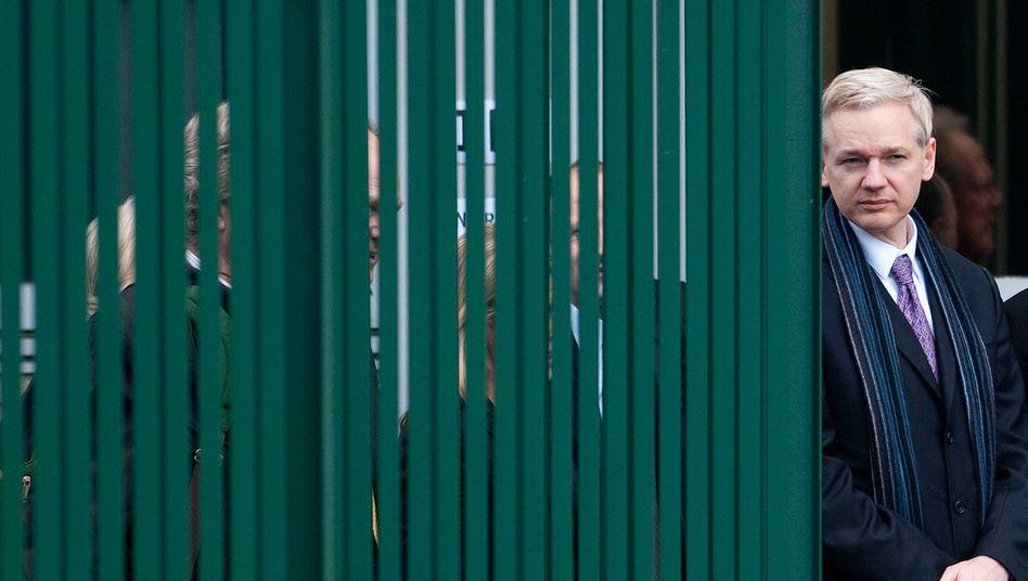 Ein Bild aus einer anderen Zeit: Julian Assange 2011 vor dem Belmarsh-Hochsicherheitsgefängnis