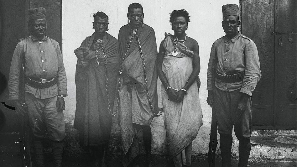In Ketten (vor 1911): Gefangene und Kolonialsoldaten in Moshi