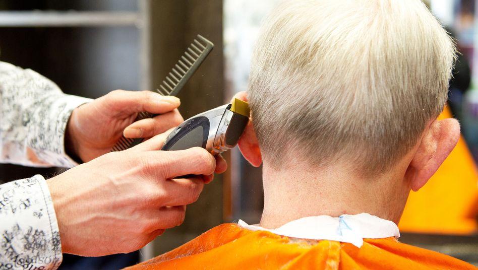 Friseur bei der Arbeit