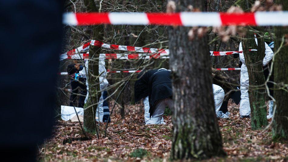 Kriminaltechniker am Fundort in Berlin Adlershof: Leiche verbrannt