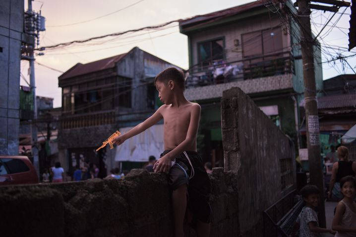 Spielender Junge im Slum von Caloocan: Duterte hat ein Klima geschaffen, in dem ein Gerücht zum Tod führen kann