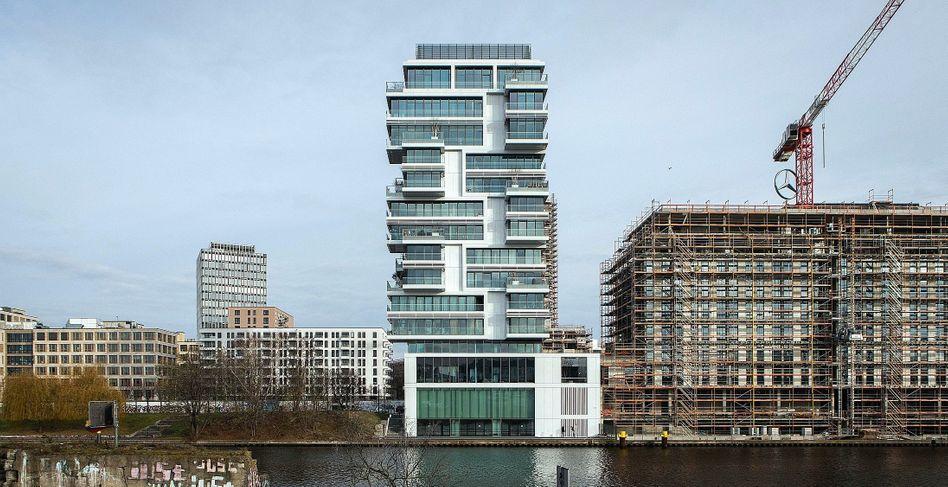 Neubauten am Spree-Ufer in Berlin