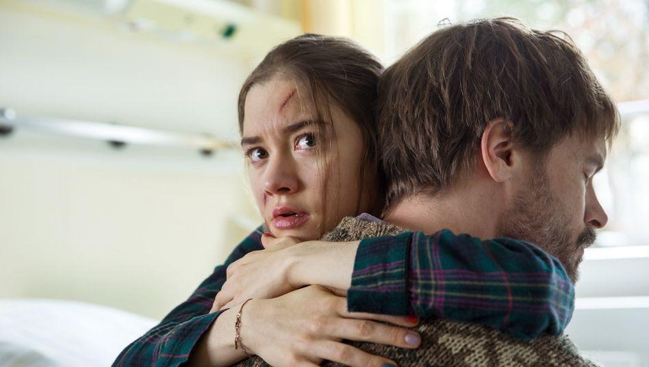 Sieht überall Gespenster: Talia (Hannah Schiller) mit ihrem Vater