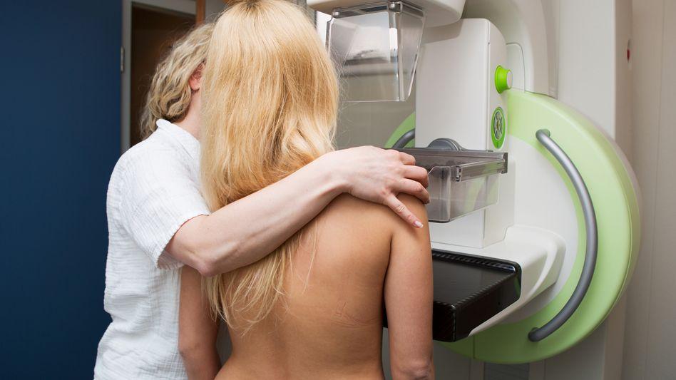Frau bei Mammografie-Untersuchung