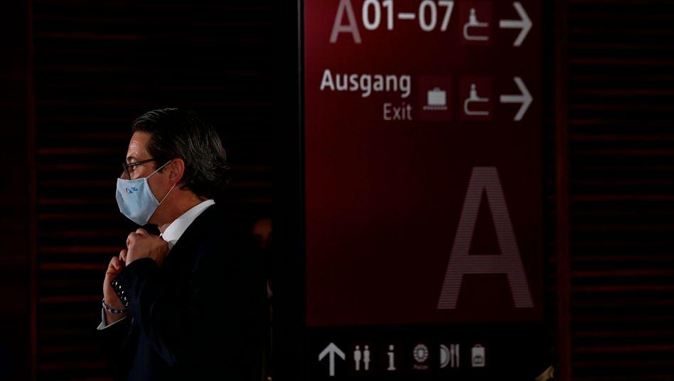 Minister Scheuer bei der Eröffnung des neuen Berliner Flughafens im Oktober