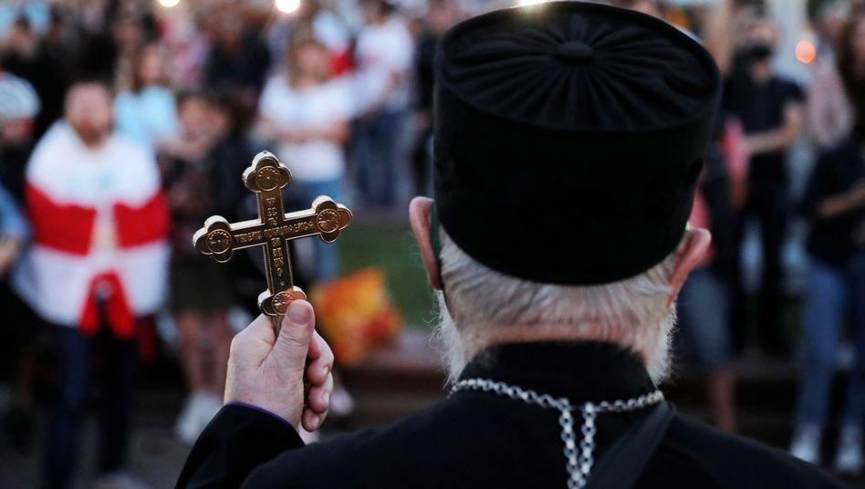 Priester bei einer Demonstration der Opposition in Minsk