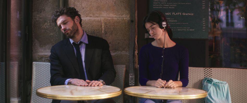 Raphael (Arnaud Valois) und Suzanne (Suzanne Lindon) tanzen sitzend zu Vivaldi