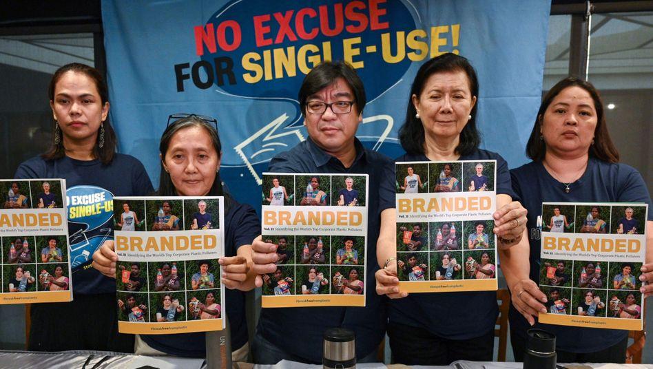 """Aktivisten des Bündnisses """"Break Free from Plastics"""" präsentieren das Ergebnis ihrer Untersuchung"""
