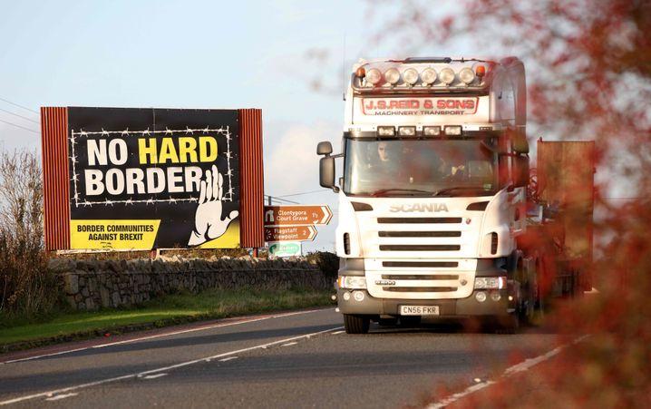 Protestplakat an der nordirisch-irischen Grenze
