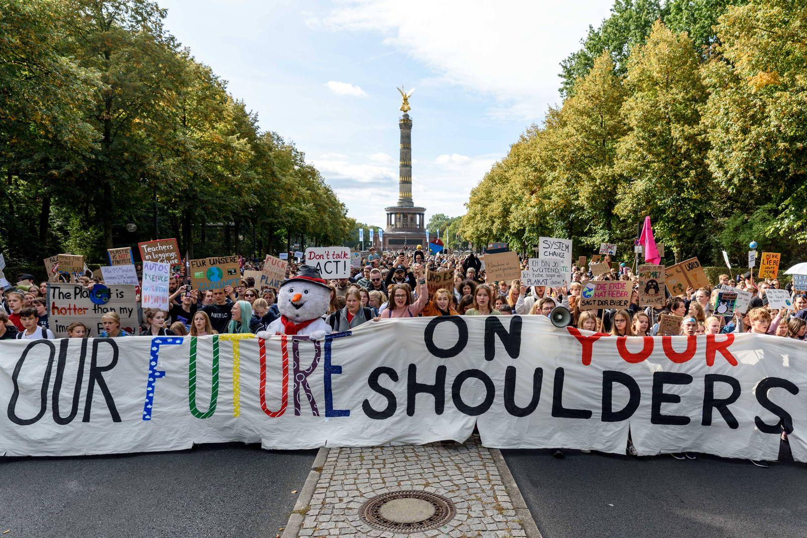 Demonstranten bei der Fridays for Future -Demonstration im Rahmen des weltweiten Klimastreiks ( GlobalClimateStrike) unt