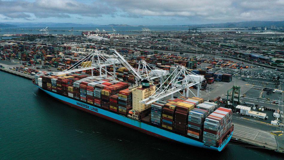 Containerschiff im Hafen von Oakland (Archivbild): Streit über die Zölle zwischen USA und EU geht weiter