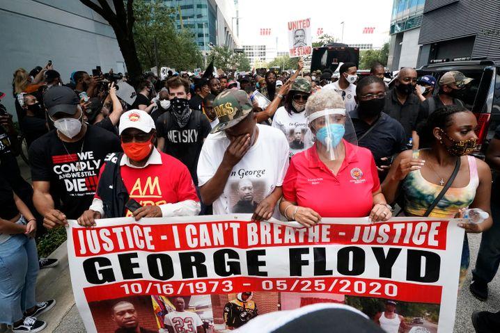 Gedenkmarsch in Houston: Auch Floyds Schwester LaTonya Floyd (2.v.r.) ging in der ersten Reihe