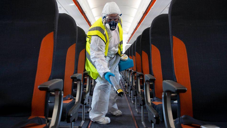 Reinigung eines Flugzeugs (im Juni 2020 am Flughafen Gatwick): Welche Faktoren begünstigen Ansteckungen, welche verringern sie?