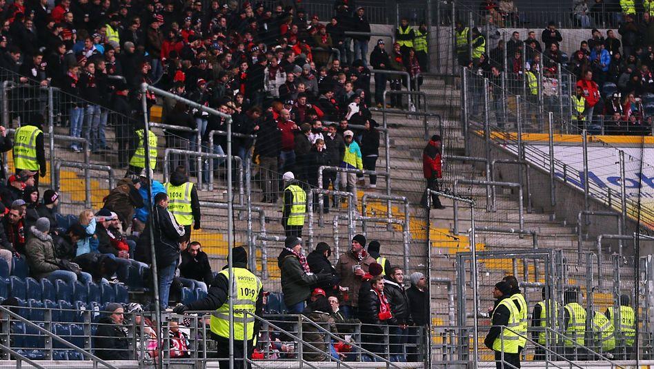 Gästeblock in Frankfurt: Leere Ränge als Protest gegen Fahnenverbot