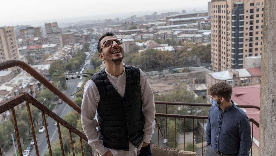 Vache Asatrian und Raffi Elliott auf dem Balkon ihres Büros in Eriwan, Armenien
