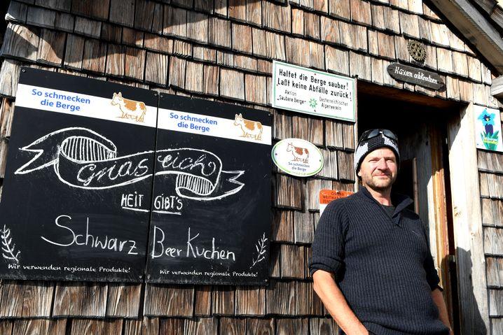 Hüttenwirt Gottfried Härtel vor der Gamskarkogelhütte