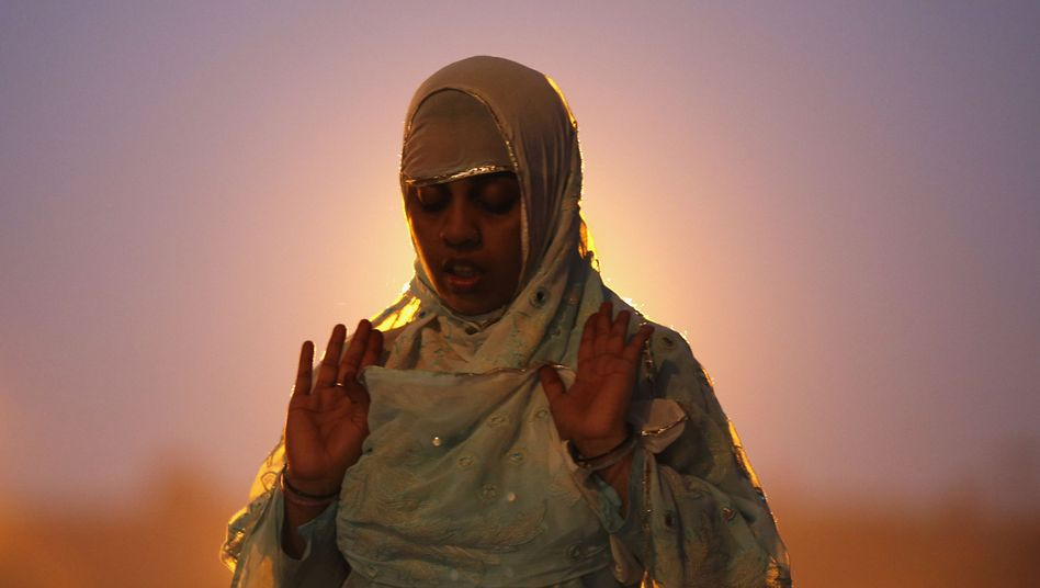 """Betende Muslima (in Indien): """"Die große Mehrheit der Muslime lehnt Terror ab"""""""
