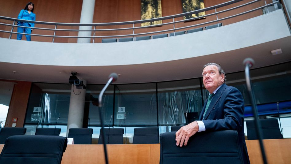 Gerhard Schröder im Wirtschaftsausschuss des Bundestags - als Sachverständiger