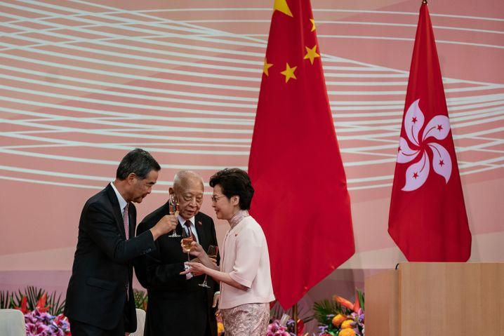 Hongkongs Regierungschefin Carrie Lam stößt mit zwei Vorgängern an