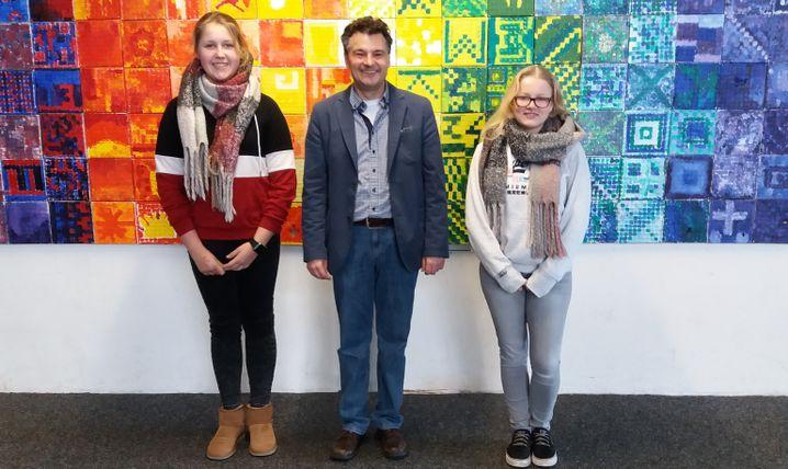 Schülerinnen Vera (l.), Nikola (r.) und Christian Drummen von der Europaschule Rheinberg