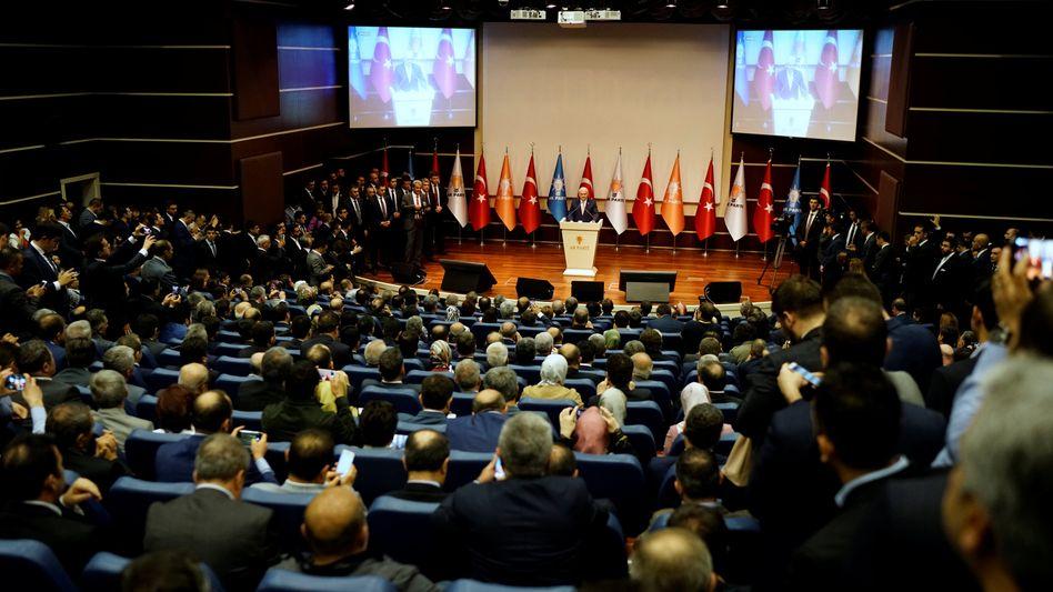 Binali Yildirim vor AKP-Mitgliedern