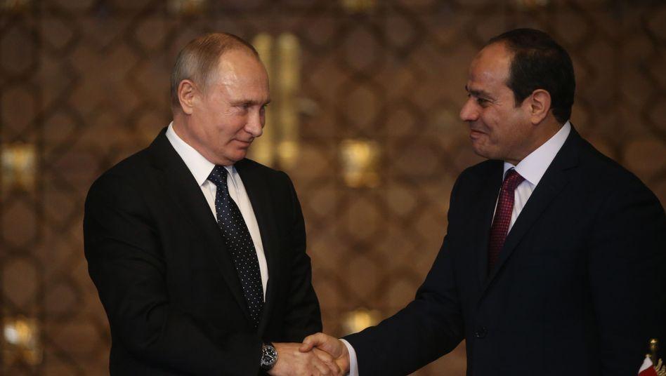 Wladimir Putin auf Staatsbesuch in Kairo mit Militärmachthaber Sisi (2017): Hauptsache, der Rubel rollt