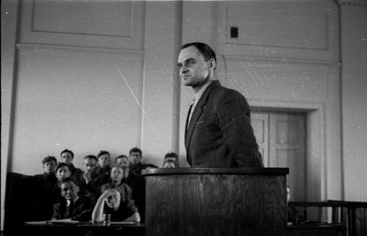 Witold Pilecki (hier 1948 vor Gericht) ließ sich nach dem deutschen Überfall auf Polen im Auftrag des polnischen Untergrundes verhaften und nach Auschwitz verschleppen, wo er den Lagerwiderstand organisierte. Durch seine Berichte erfuhr die britische Regierung schon früh von den Gräueltaten an Juden. Nach einer spektakulären Flucht 1943 nahm er ein Jahr später am Warschauer Aufstand teil, wurde erneut festgenommen und erlebte in einem Lager bei Murnau die Befreiung durch die Amerikaner. Zurück in Polen half Pilecki bei der Auflösung polnischer Partisanenverbände und sammelte Informationen über sowjetische Verbrechen. 1947 wurde er festgenommen und nach einem Schauprozess wegen Spionage im Mai 1948 hingerichtet. Erst 1990 wurde Witold Pilecki rehabilitiert.