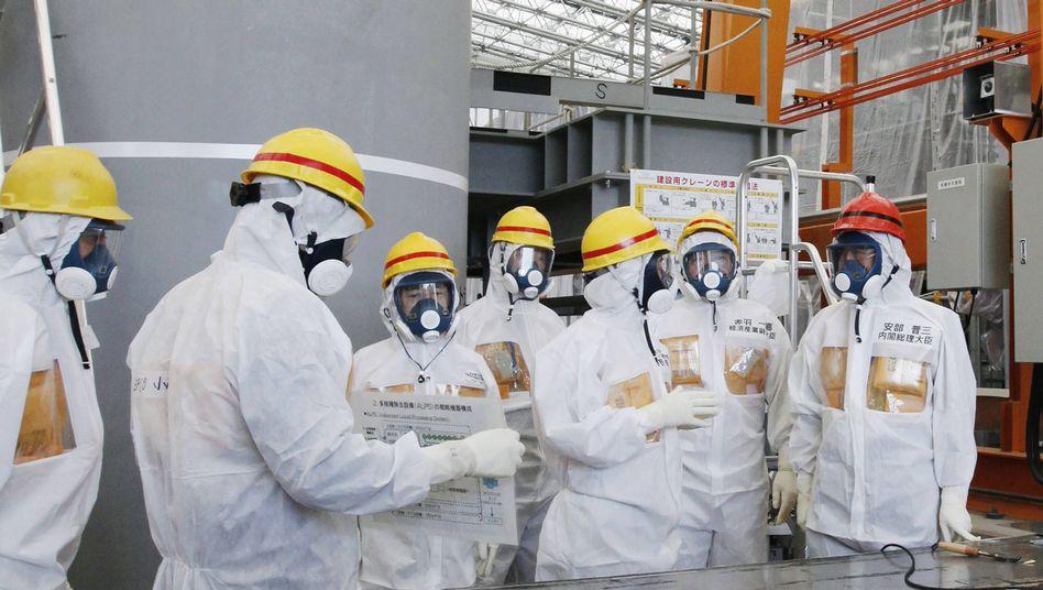 Japans Premierminister Abe (rechts) in Fukushima: Betreiber Tepco in der Kritik