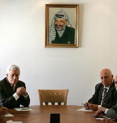 Übervater: Abbas und Kurei vor dem Bild des palästinensischen Idols Arafat