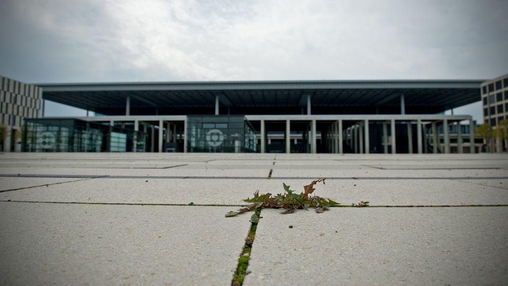 Flughafen Berlin Brandenburg: Willy-Statue und 60-Meter-Mast