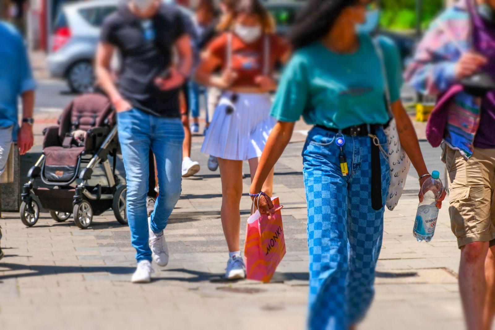 Düsseldorf 31.05.2021 Flinger Strasse Flingerstrasse Einkaufsstrasse Shoppingmeile Einkaufsmeile Corona Pandemie Covid