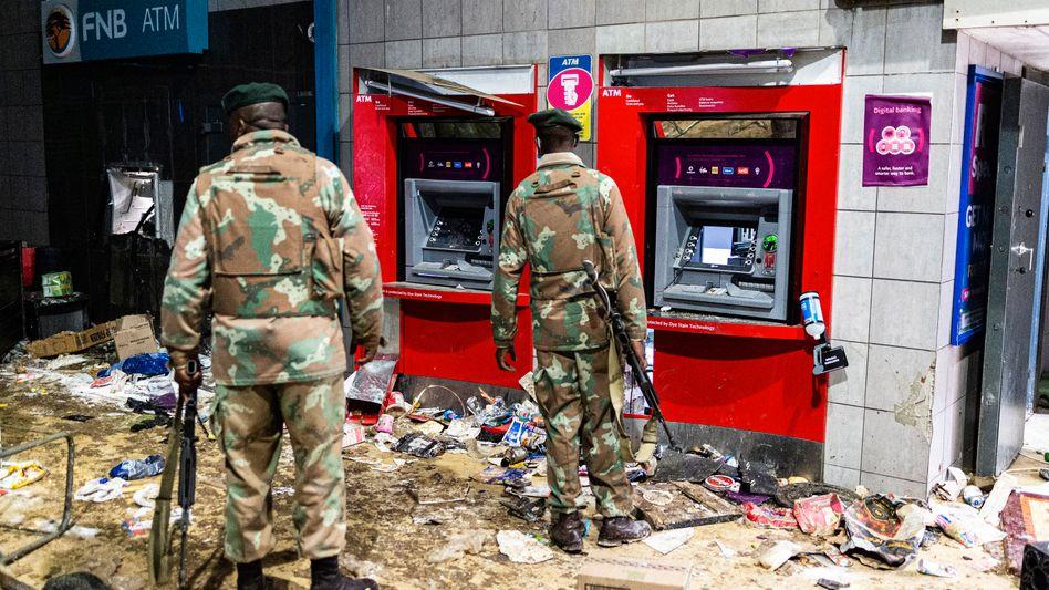Soldaten vor zerstörten Bankautomaten in Soweto (Foto vom 12. Juli)