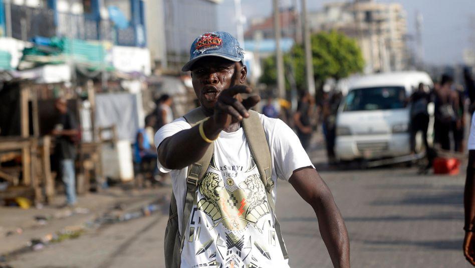 Ein Mann protestiert in Nigerias Metropole Lagos gegen die Sicherheitskräfte