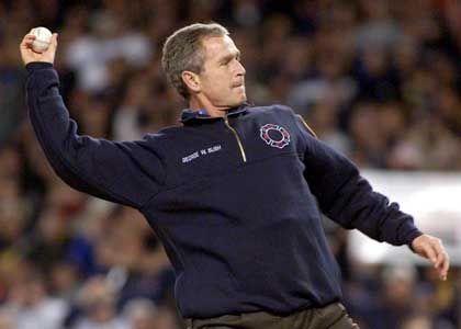 Präsident Bush holt zum ersten pitch aus