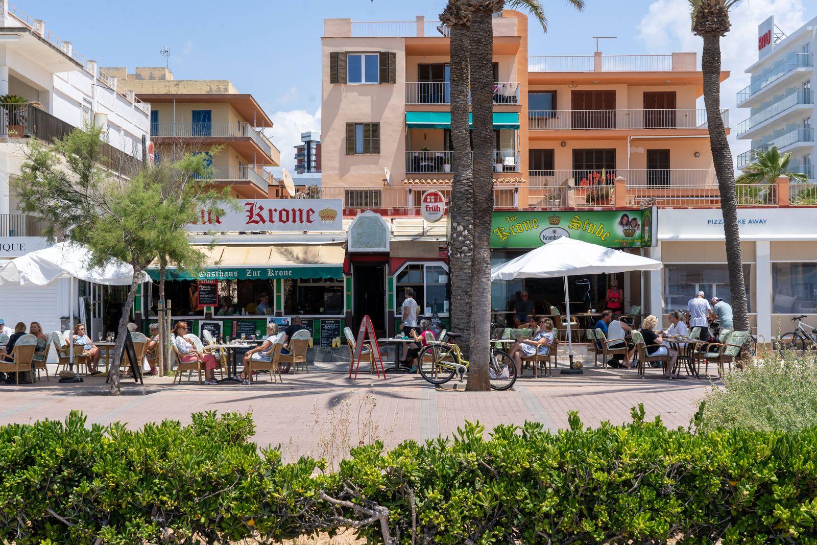 Nach dem Corona-Shutdown - Vor dem Neustart des Tourismus auf Mallorca Spanien Szenen aus Playa de Palma - erste deutsch