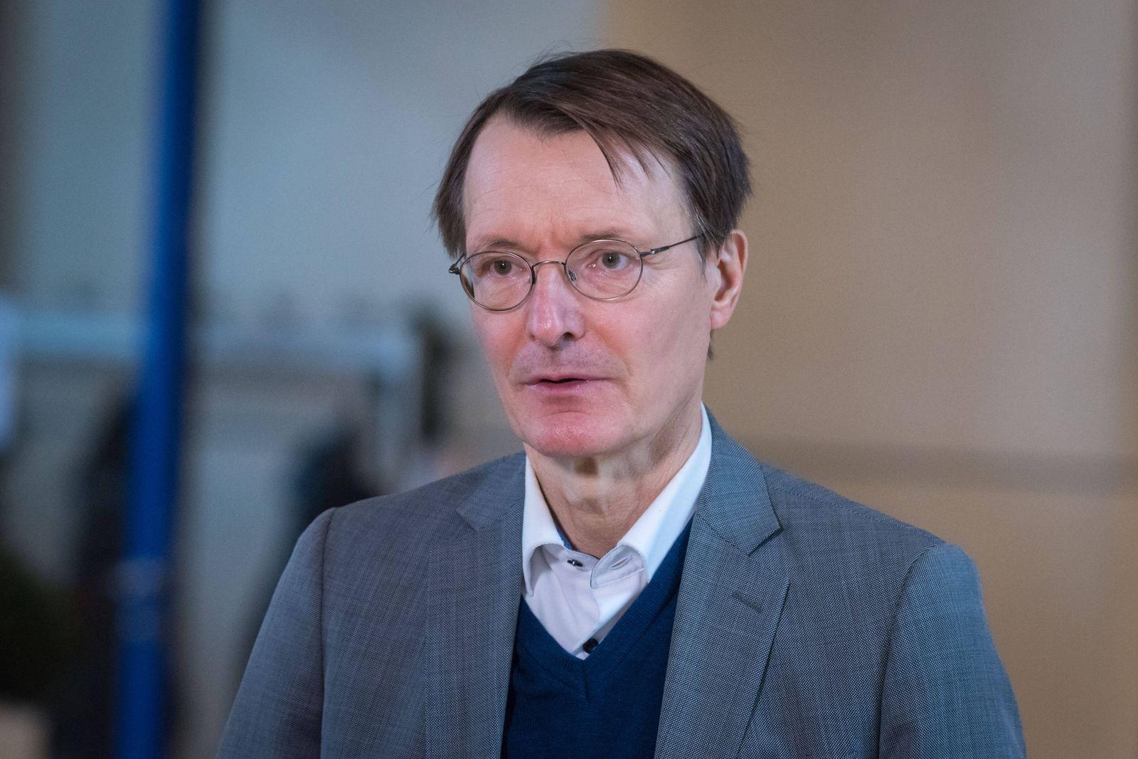 Berlin, Karl Lauterbach gibt Interview im Bundestag Deutschland, Berlin - 06.11.2020: Im Bild ist Karl Lauterbach (spd)