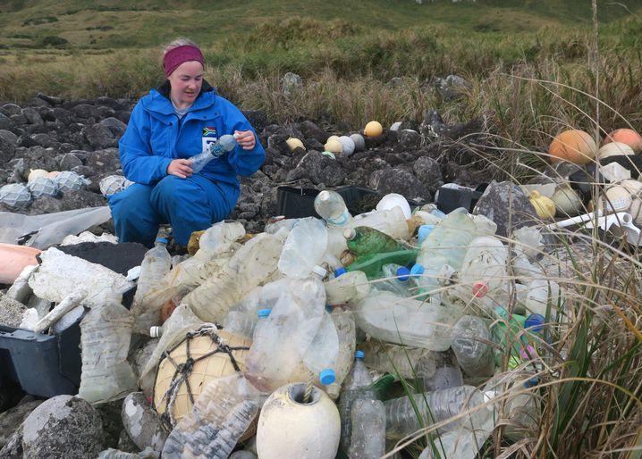 Forscherin Maelle Connan mit Plastikabfall: Inaccessible Island vermüllt