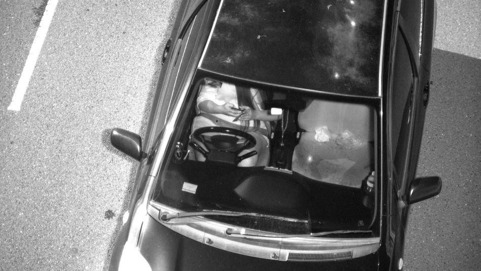 Ein neuartiges System soll Autofahrer erfassen, die ein Handy am Steuer nutzen
