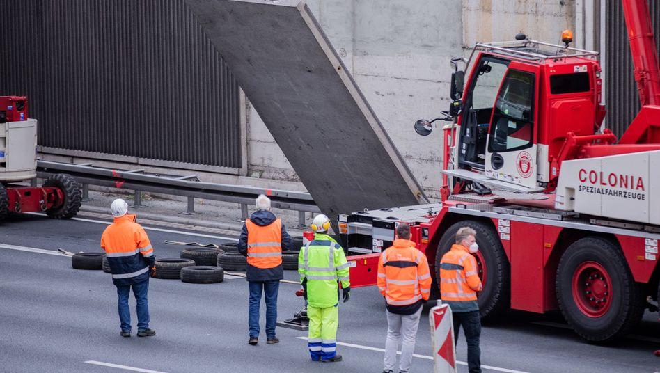 Arbeiter entfernen am 19. November potenziell gefährliche Betonplatten an der A3