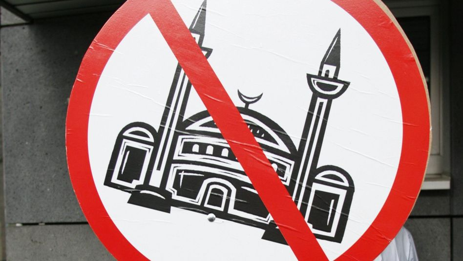 Last year, a right-wing group called Pro Cologne tried to prevent the construction of a mosque in the western German city. Now, a related group wants to ban minarets in Europe.