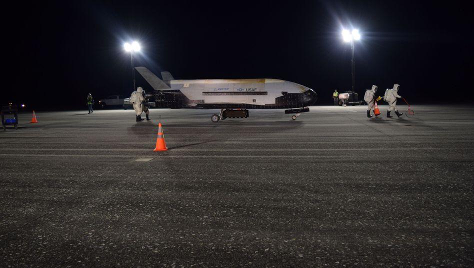 Die X-37B nach ihrer nächtlichen Landung - der Überschallknall schreckte Menschen in der Umgebung auf