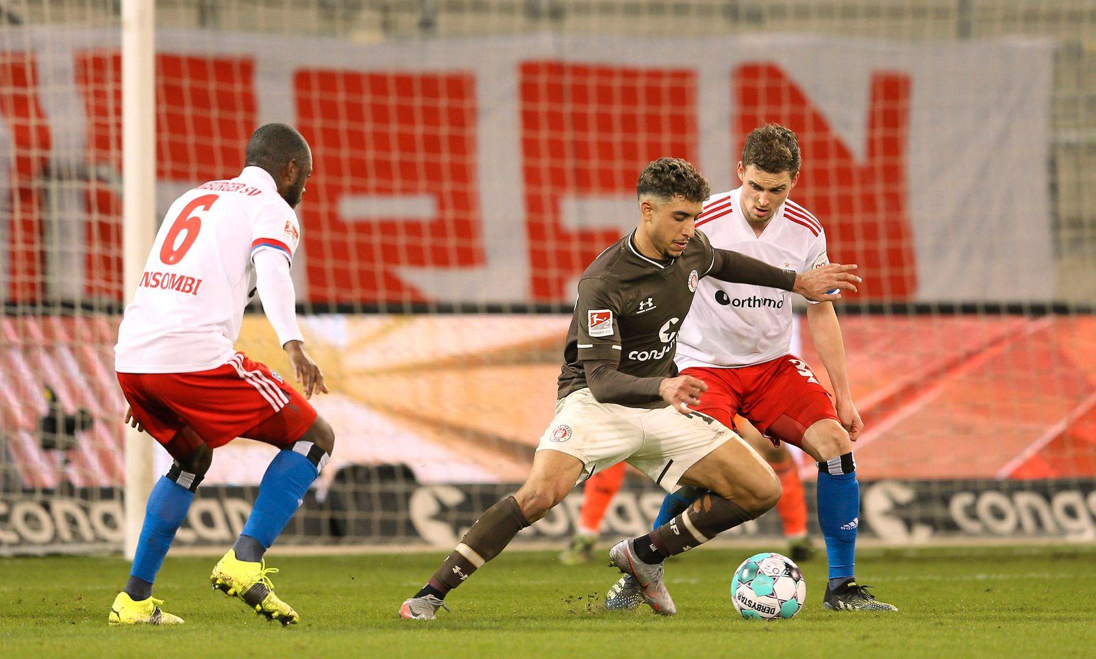 Foto : Omar Marmoush ( St. Pauli ) gegen Moritz Heyer und links David Kinsombi Fussball 2. Bundesliga am Mo. 01.03.2021