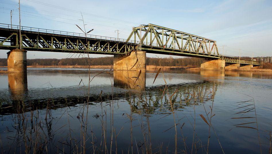 Marode Eisenbahnbrücke über die Oder: 500 Millionen Euro für die Bahn-Infrastruktur