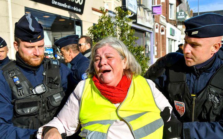 Abgeführte Demonstrantin (am 9. November)