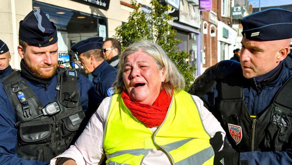Abgeführte Demonstrantin