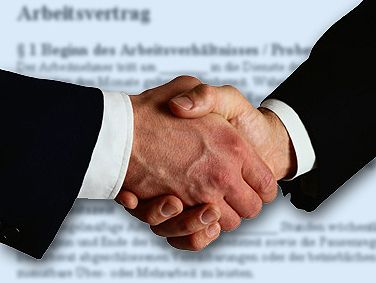 Handschlag auf den Arbeitsvertrag: Das Ziel der Bewerbung