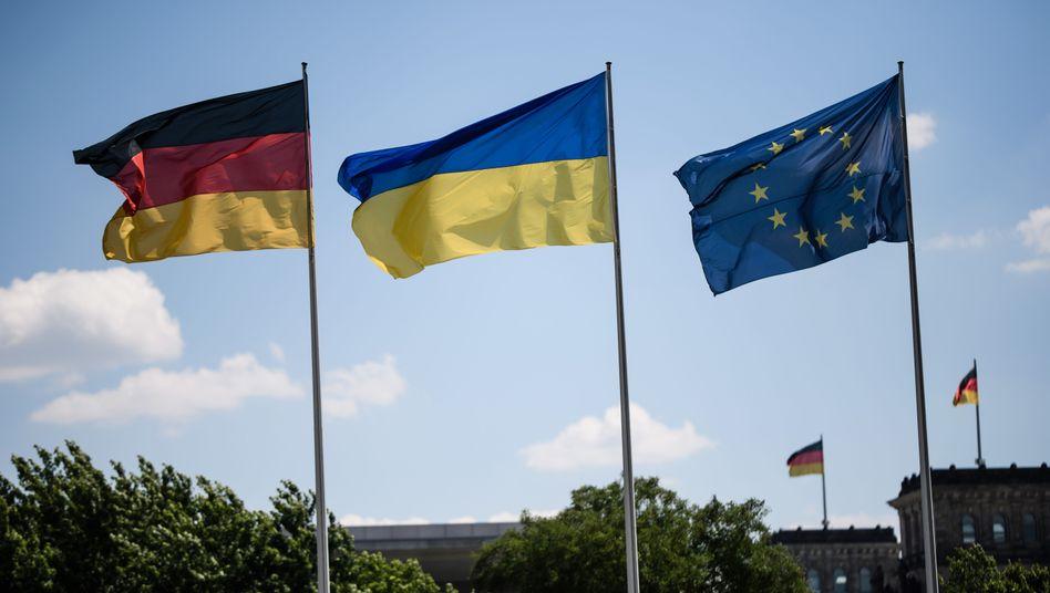 """Deutsche und ukrainische Flagge: """"Wir kommentieren das nicht"""", erklärt die Bundesregierung"""